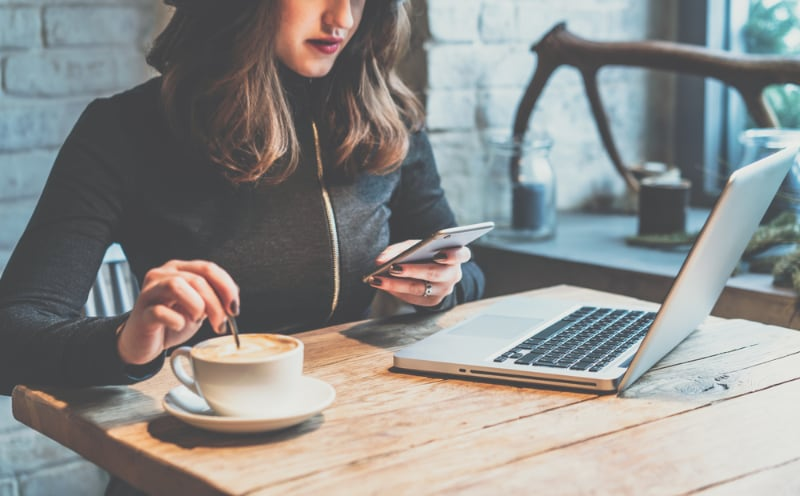 Lady in coffee shop authenticating with IAmI